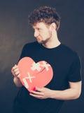 Homme malheureux avec le coeur brisé Images stock