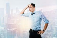 Homme malheureux sérieux pensant au travail Image stock