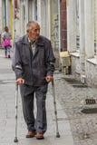 Homme marchant avec des béquilles Images libres de droits