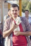 Homme marchant avec son lapin blanc doux Image stock