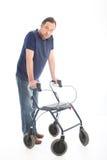Homme marchant avec un marcheur médical Images stock