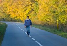 Homme marchant dans la forêt Images stock