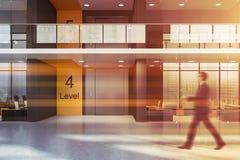 Homme marchant dans le bureau avec l'ascenseur image stock