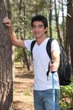 Homme marchant dans les bois Photographie stock libre de droits