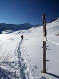 Homme marchant dans les montagnes Photographie stock