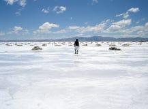 Homme marchant dans un domaine de sel Images stock