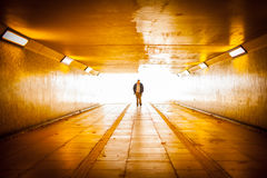 Homme marchant hors de la lumière Image libre de droits