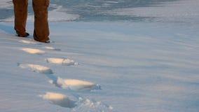 Homme marchant par la neige banque de vidéos
