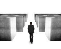 Homme marchant par le labyrinthe du béton 3D Photo stock