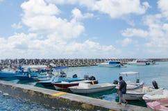 Homme marchant près des bateaux au secteur de docks Photos stock