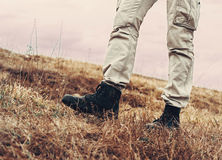 Homme marchant sur la nature Images libres de droits