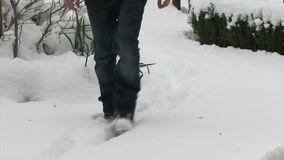 Homme marchant sur la neige fraîche clips vidéos