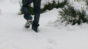 Homme marchant sur la neige fraîche banque de vidéos