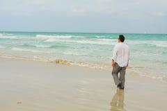 Homme marchant sur la plage Image libre de droits