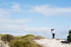 Homme marchant sur la plage sauvage Image libre de droits