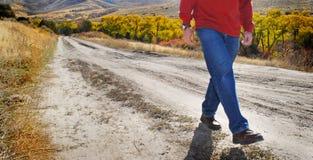 Homme marchant sur la route abandonnée Photos libres de droits