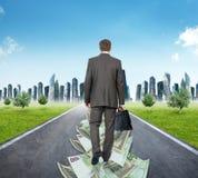 Homme marchant sur la route d'argent images stock