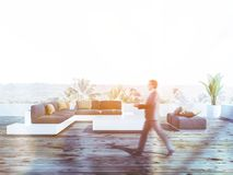 Homme marchant sur le balcon en bois de plancher photographie stock libre de droits