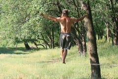 Homme marchant sur le slackline images stock