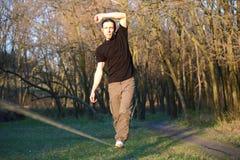 Homme marchant sur le slackline Image libre de droits