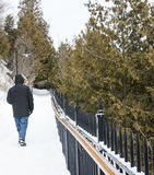 Homme marchant sur un chemin neigeux Images stock