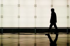 Homme marchant un aéroport Photo libre de droits