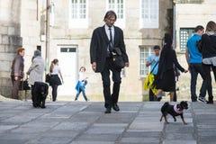 Homme marchant un chien Image stock
