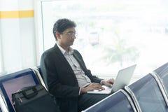 Homme masculin indien d'affaires travaillant du terminal d'aéroport Images libres de droits
