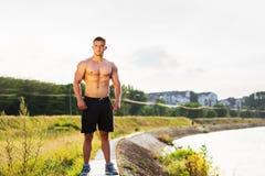 Homme masculin se tenant prêt la rivière photographie stock