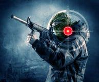 Homme masqué de terroriste avec la cible d'arme à feu et de laser sur son corps photo stock