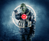 Homme masqué de terroriste avec la cible d'arme à feu et de laser sur son corps photo libre de droits