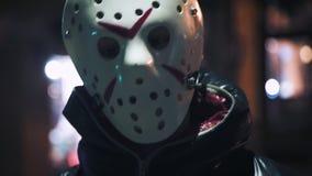 Homme masqué par horreur folle dans l'obscurité banque de vidéos