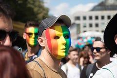 Homme masqué participant à la fierté de Prague - un grandes gai et lesbienne p Images stock