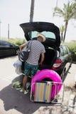 Homme mettant la substance de plage dans la voiture Photo libre de droits
