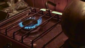 Homme mettant le feu sur la cuisini?re ? gaz banque de vidéos