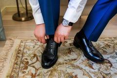 Homme mettant sur des chaussures Photos stock