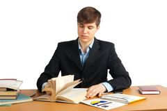 Homme mignon affichant un livre à la table image stock