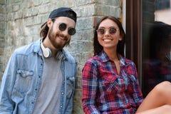 Homme mignon et femme parlant dehors Images libres de droits