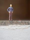 Homme miniature sur l'escalier Photo libre de droits