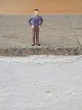 Homme miniature sur l'escalier Photographie stock libre de droits