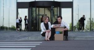 Homme mis le feu d'affaires s'asseyant sur la rue banque de vidéos