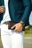 homme modèle bel dans le costume occasionnel de tissu avec des accessoires photo libre de droits