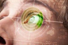 Homme moderne avec l'oeil de militaires de cible de technologie de cyber image libre de droits