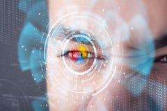 Homme moderne futuriste de cyber avec le panneau d'oeil d'écran de technologie photos libres de droits