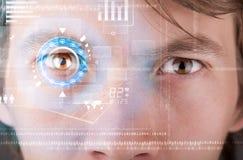 Homme moderne futuriste de cyber avec le panneau d'oeil d'écran de technologie images stock