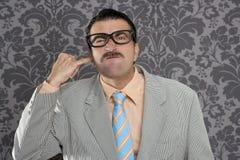 Homme modifié de ballot de doigt d'oreille de nettoyage rétro Photographie stock libre de droits
