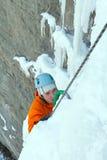 Homme montant la cascade congelée Photo stock