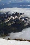 Homme montant le mont Rainier Photographie stock
