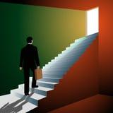 Homme montant les escaliers à la porte ouverte Photographie stock