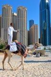 Homme montant un chameau sur la plage Photos libres de droits
